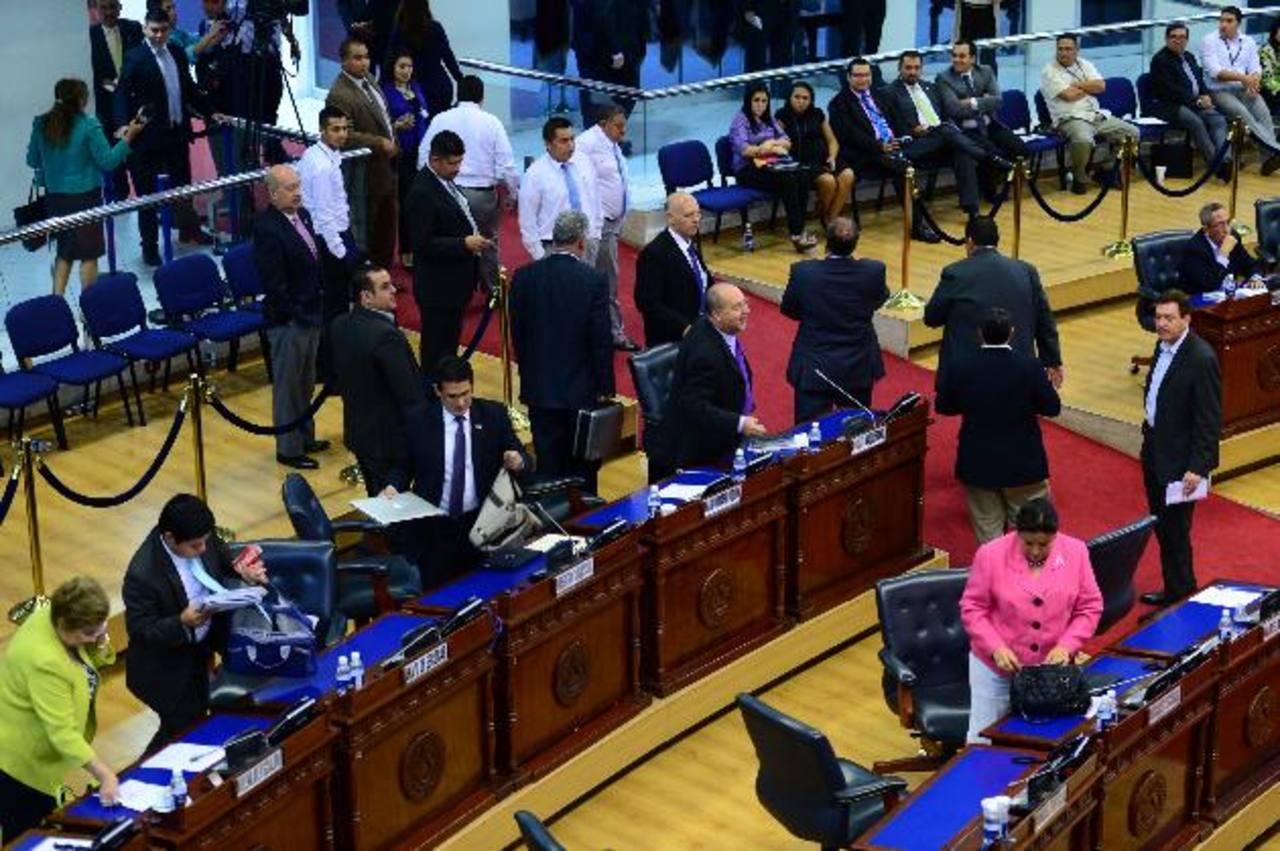 Momento en que la bancada de ARENA se retira del Salón Azul, en protesta porque Reyes no aceptó a su diputado suplente.