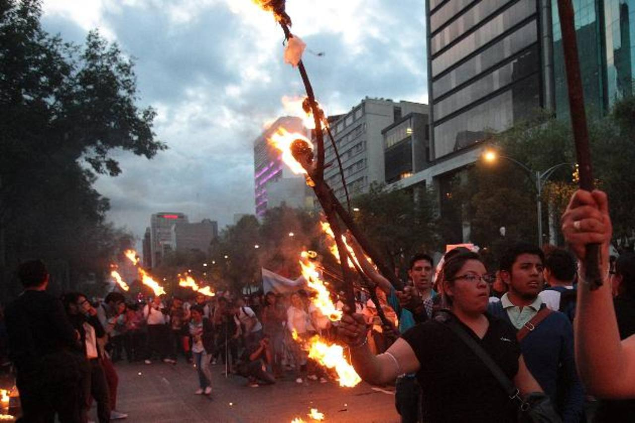 Activistas y familiares marcharon en Ciudad de México en apoyo a los 43 jóvenes desaparecidos en Guerrero. edh / EFE