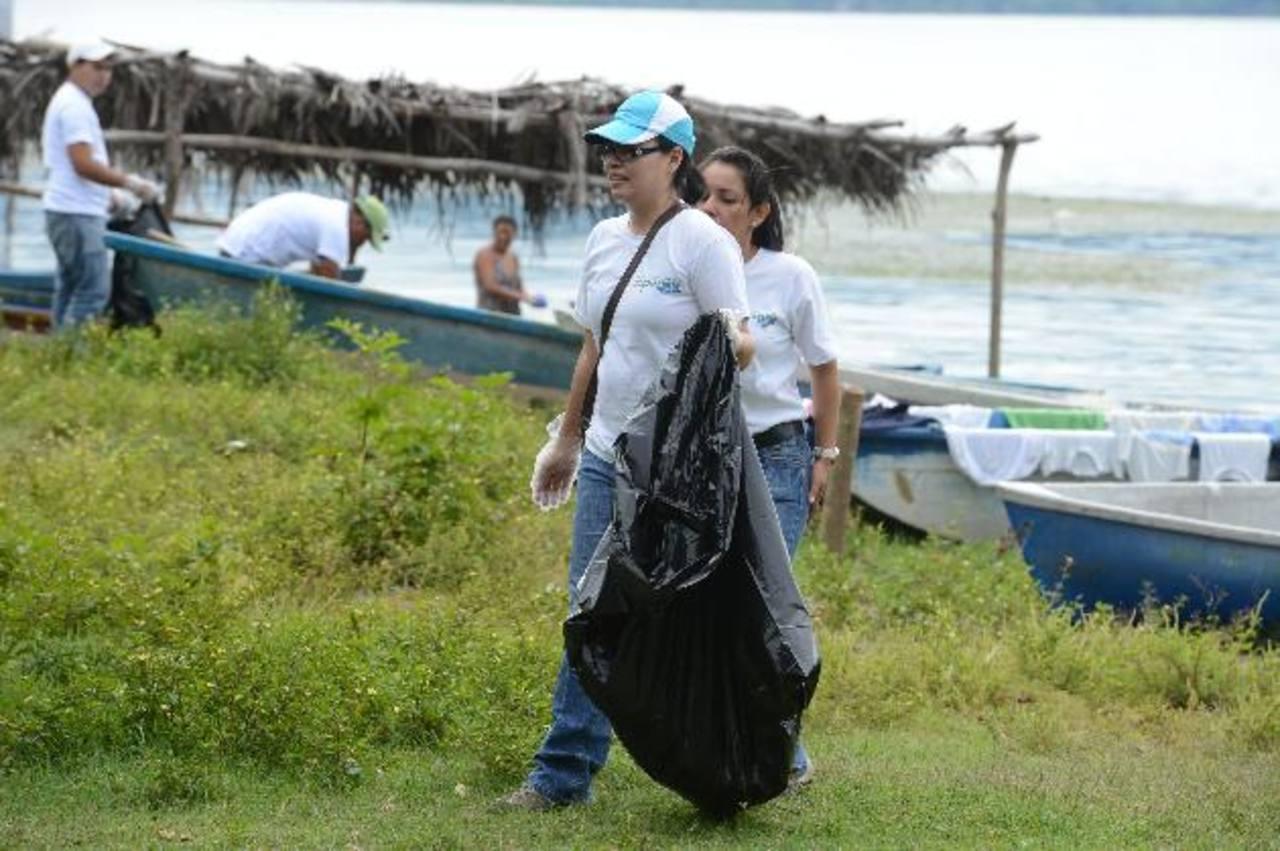 La jornada incluyó recolección de basura y siembra de árboles, y se realizó por la mañana. Foto EDH / Mauricio Cáceres