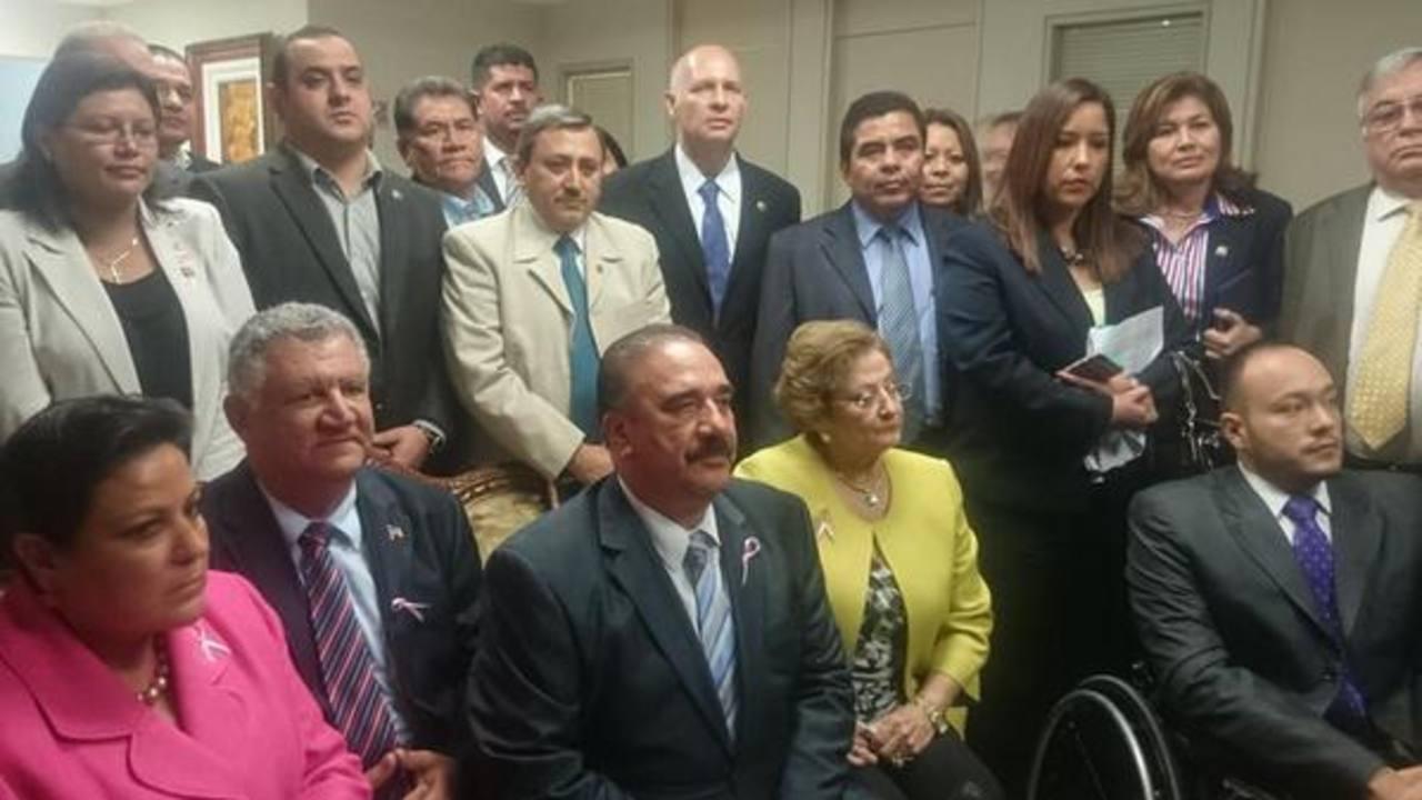 Los diputados de ARENA al abandonar el pleno afirmaron que no regresarán y denuncian atropello por parte de Reyes