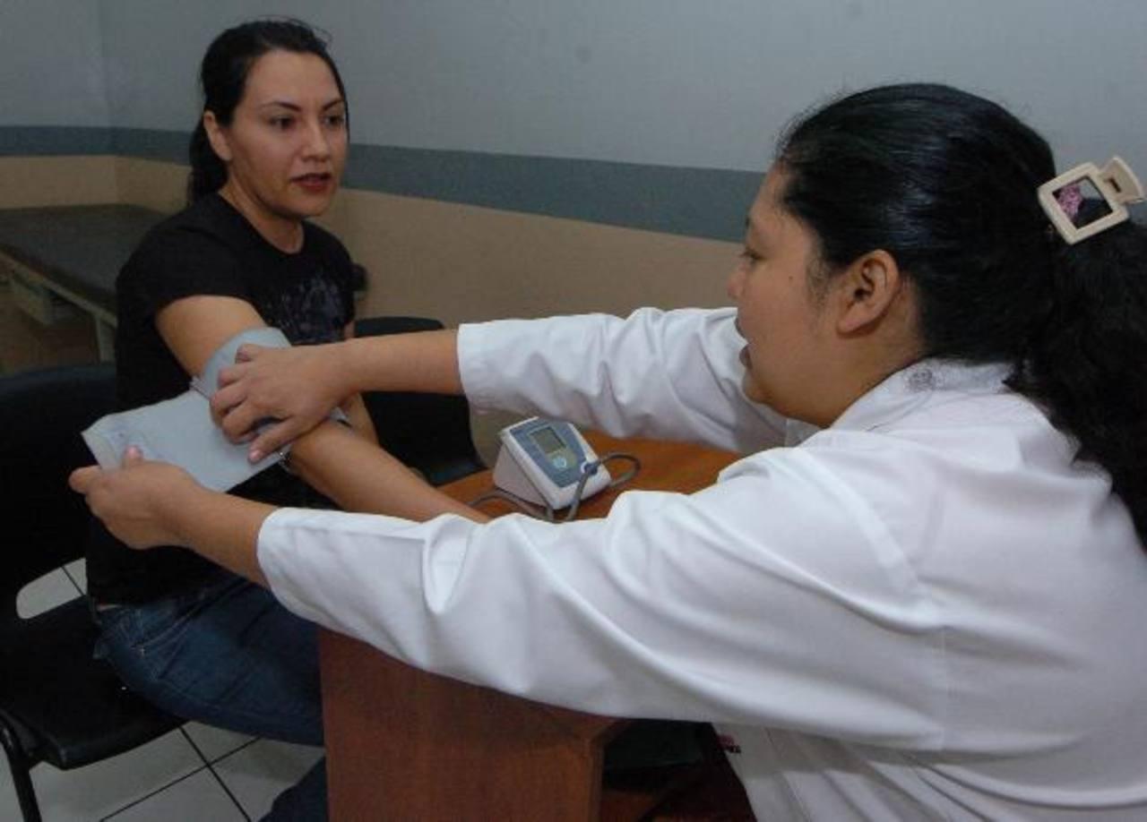 Una joven es chequeada por una doctora en una farmacia, en San Salvador. foto edh / archivo