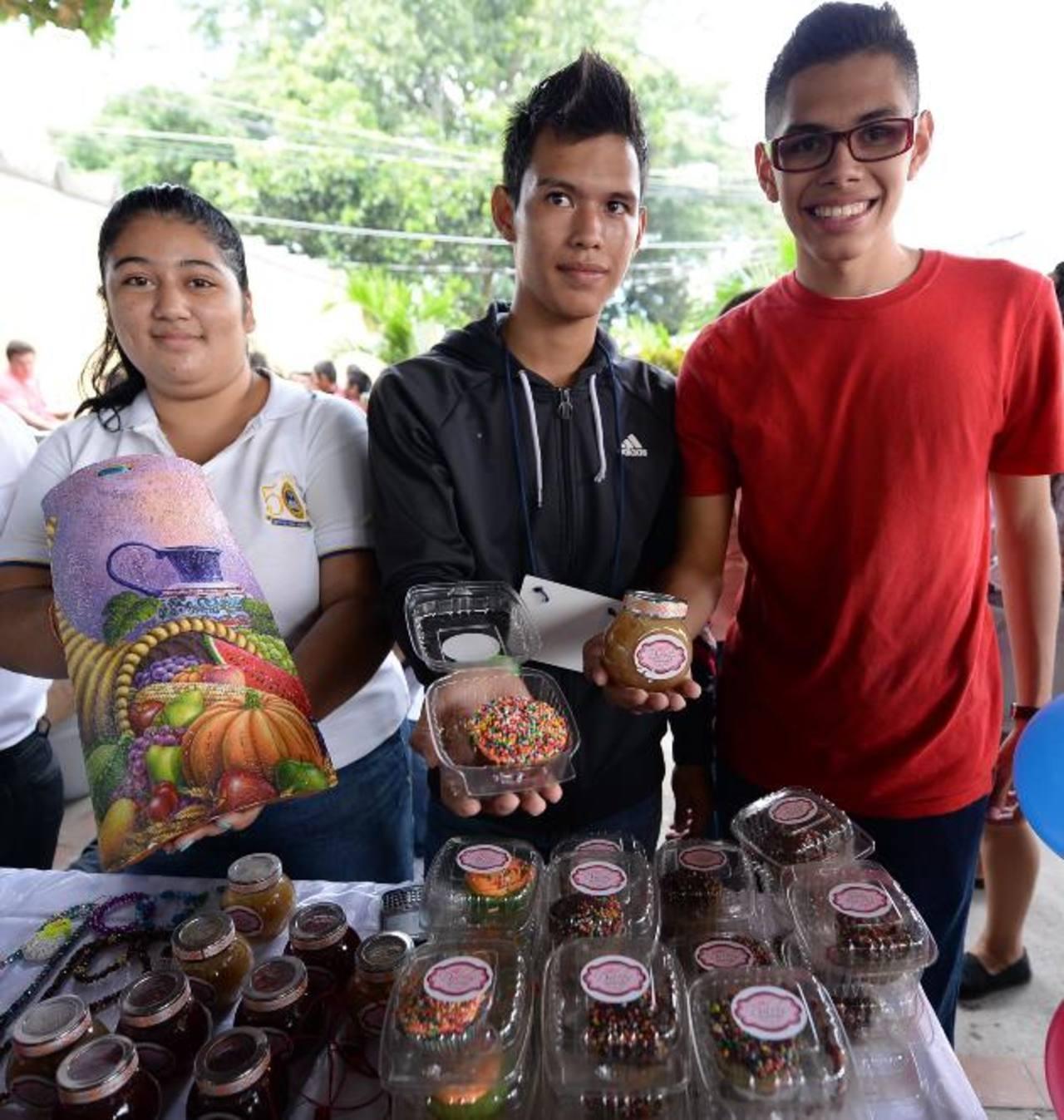 """Jénnifer, William y Mario, de 2° año de bachillerato del Liceo Santa Ana, promocionaron su empresa """"Dulces Momentos""""."""