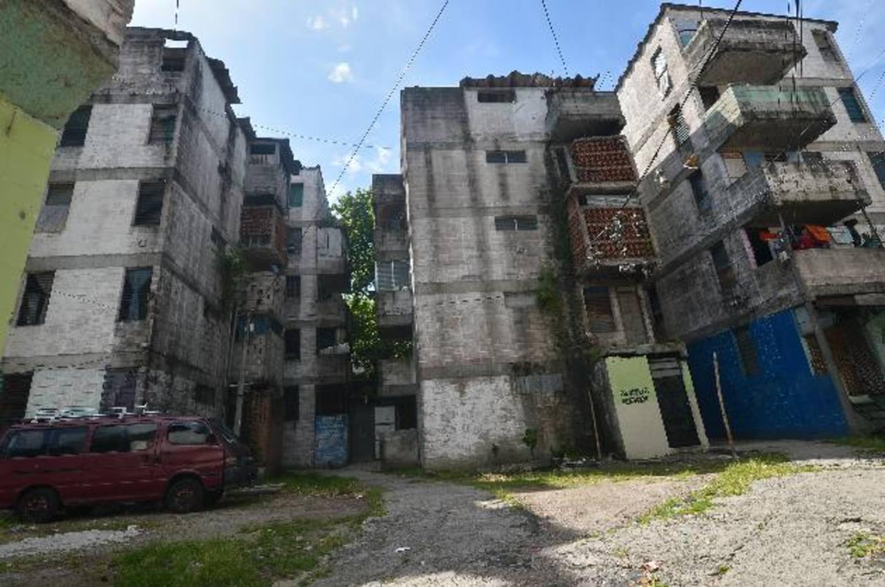 Los edificios con bandera roja no deberían estar habitados si no han sido reparados. Pero algunos, como estos condominios, han sido invadidos.