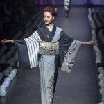 Kimono sobrio y monocromático en la brusquedad de traer un vestuario tradicional a la actualidad. FOTO EDH / agencia