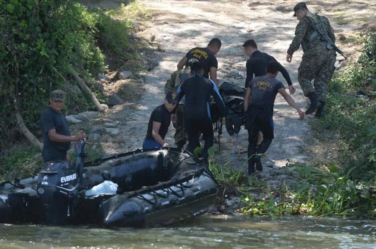 De los cuatro tripulantes de la aeronave que cayó ayer en el lago Suchitlán, en Suchitoto, Cuscatlán, solo sobrevivió Josué Armando Velásquez Argueta. fotos EDH / Jaime Anaya.