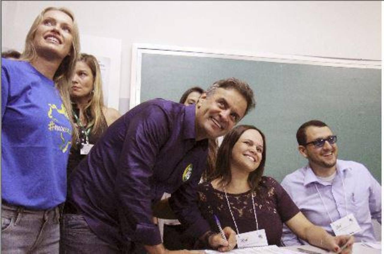 Aécio Neves deposita su voto en Belo Horizonte.