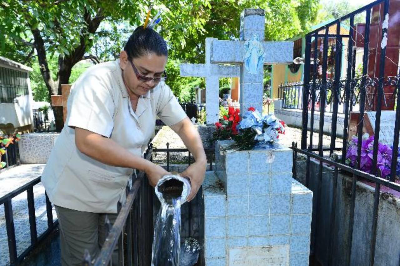Una promotora de salud destruye un criadero de zancudos en el cementerio de San Antonio Pajonal. Fotos EDH/ René estrada