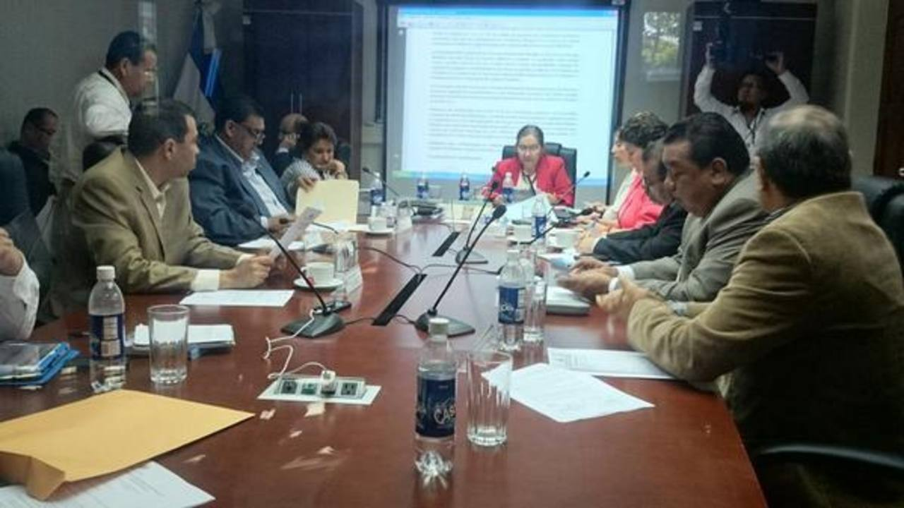 La comisión de Reformas Electorales durante la discusión sobre los concejos municipales