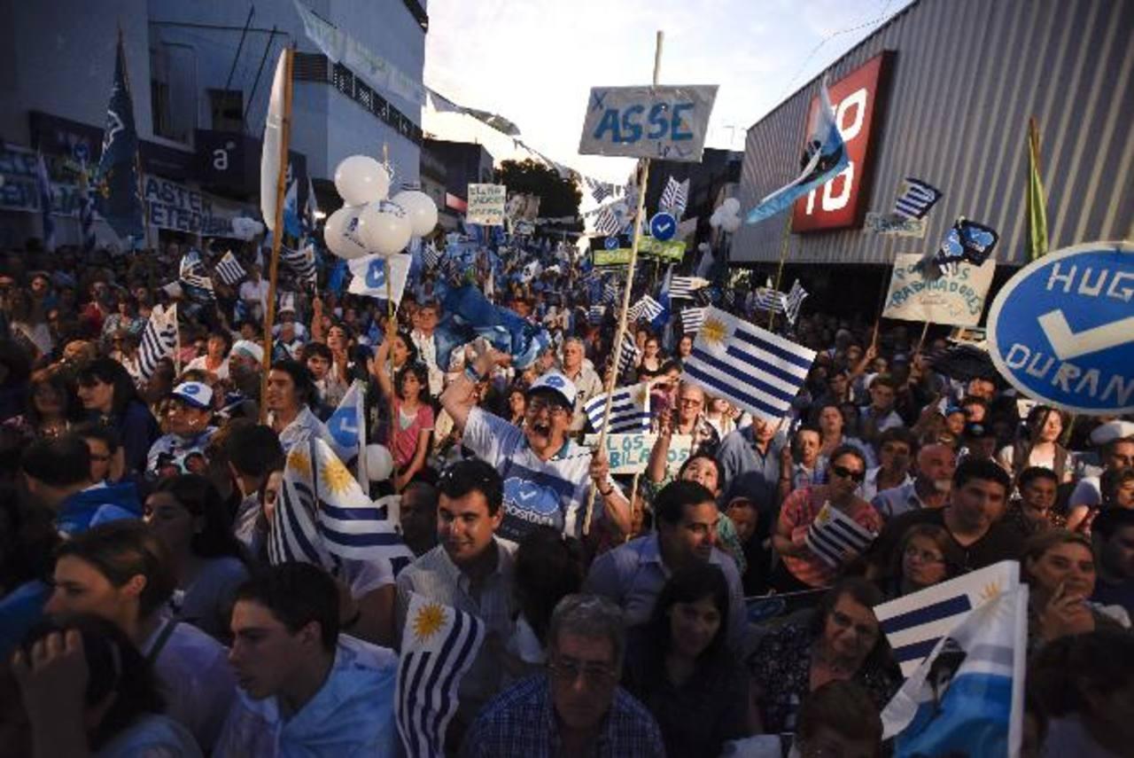 Los uruguayos asisten hoy a las urnas para definir quién ganará la presidencia, aunque se prevé segunda vuelta. Foto edh/ AP