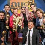 Los cinco finalistas y un suplente en un concurso internacional para escoger a la persona más graciosa del mundo, posan con el dueño del club The Laugh Factory, Jamie Masada (al centro).