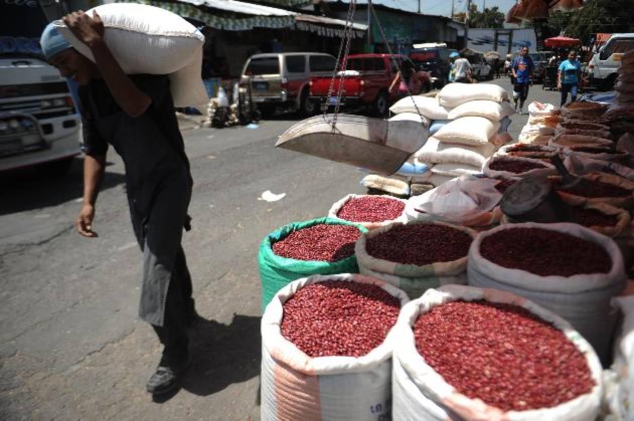 El frijol es uno de los alimentos que más subió de precio e incidió en que la inflación fuera mayor. foto EDH/Mario Amaya
