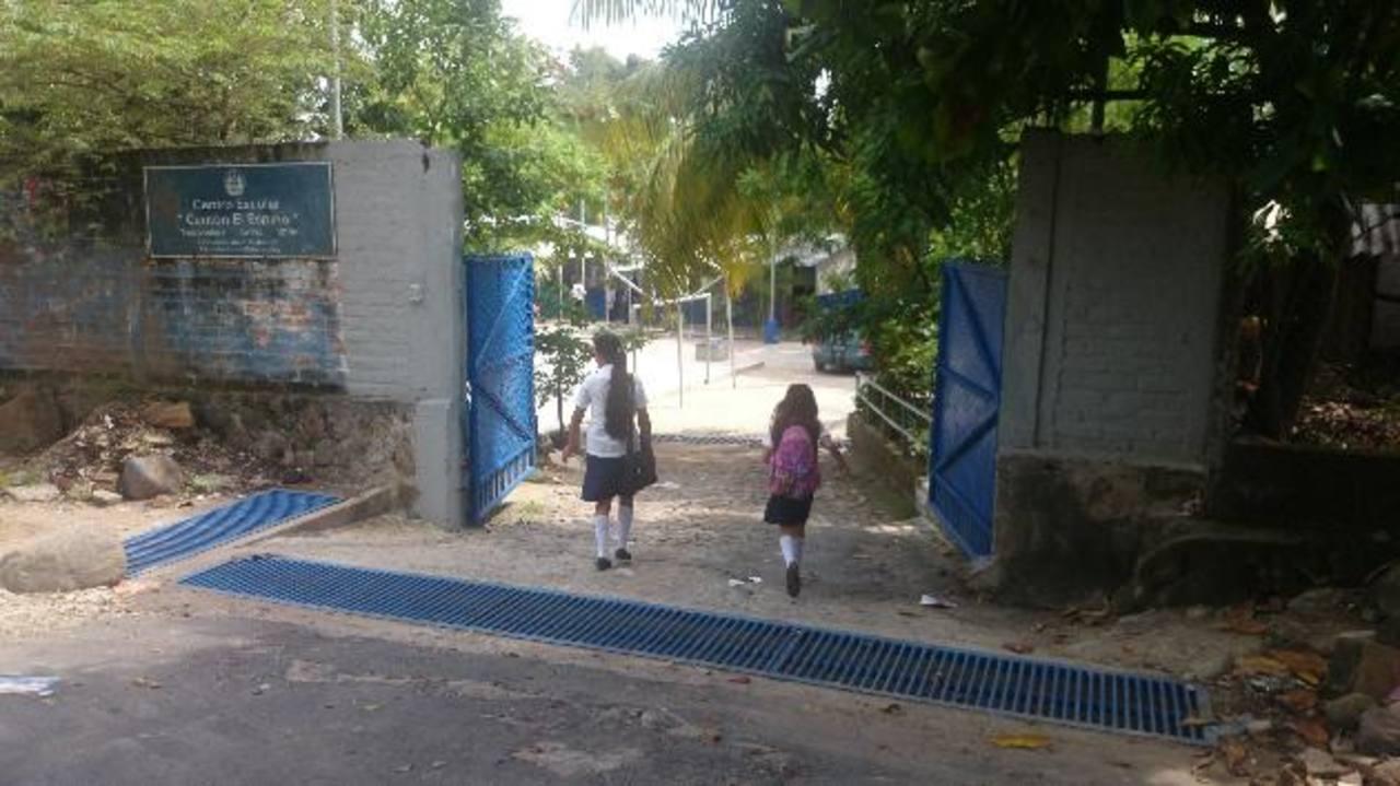 Maestros de la escuela asaltada el lunes dijeron que, ayer, unos 30 padres llegaron a sacar a sus hijos diciendo que por temor ya no los mandarían a estudiar. Fotos EDH / Jorge Beltrán.