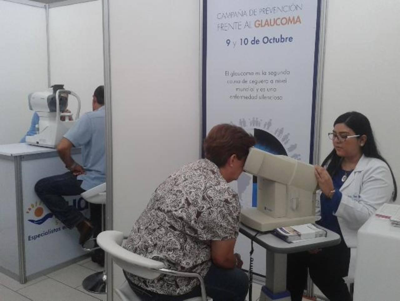 Especialistas realizaron exámenes de visión para identificar posibles enfermedades, sobre todo el glaucoma, una de las principales causas de ceguera. Foto EDH / cortesía