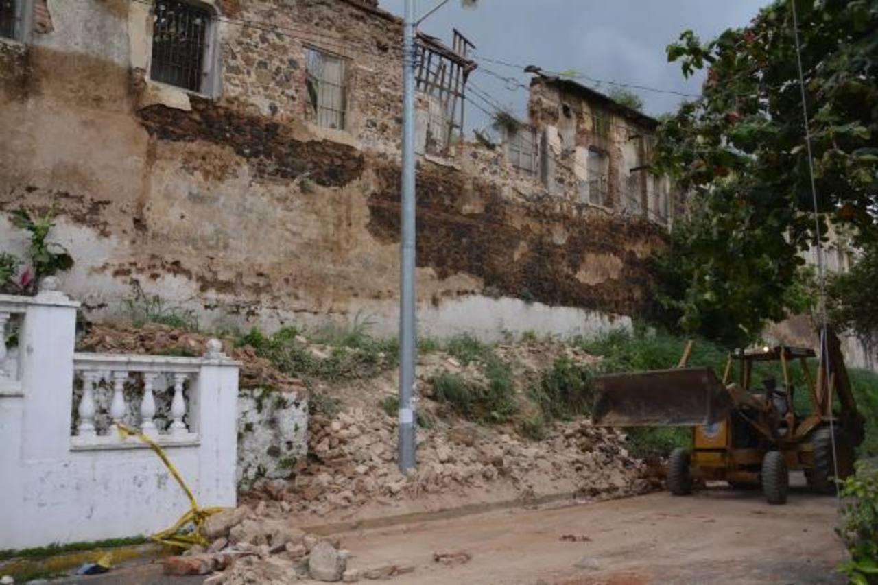 Empleados del Ministerio de Obras Públicas de Santa Ana trabajaban ayer en la remoción de escombros. Foto EDH / Iris Lima