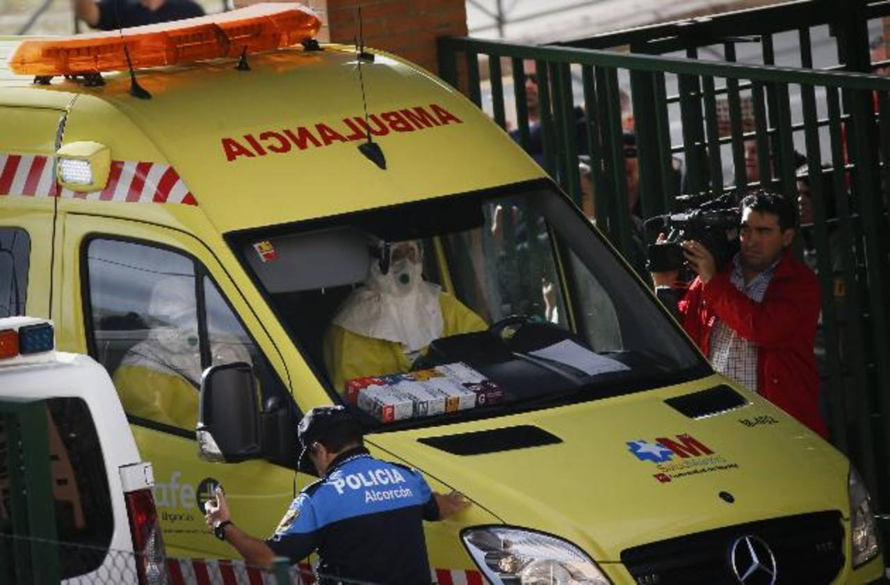 Un equipo médico llegó ayer en ambulancia al edificio de apartamentos en Alcorcón, en las afueras de Madrid, donde reside Teresa, la enfermera que contrajo ébola. foto edh / reuters