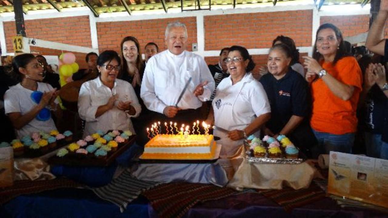 El padre Martín Ávalos, fundador del ministerio (al centro) junto a miembros de la comunidad. Foto EDH / Cortesía