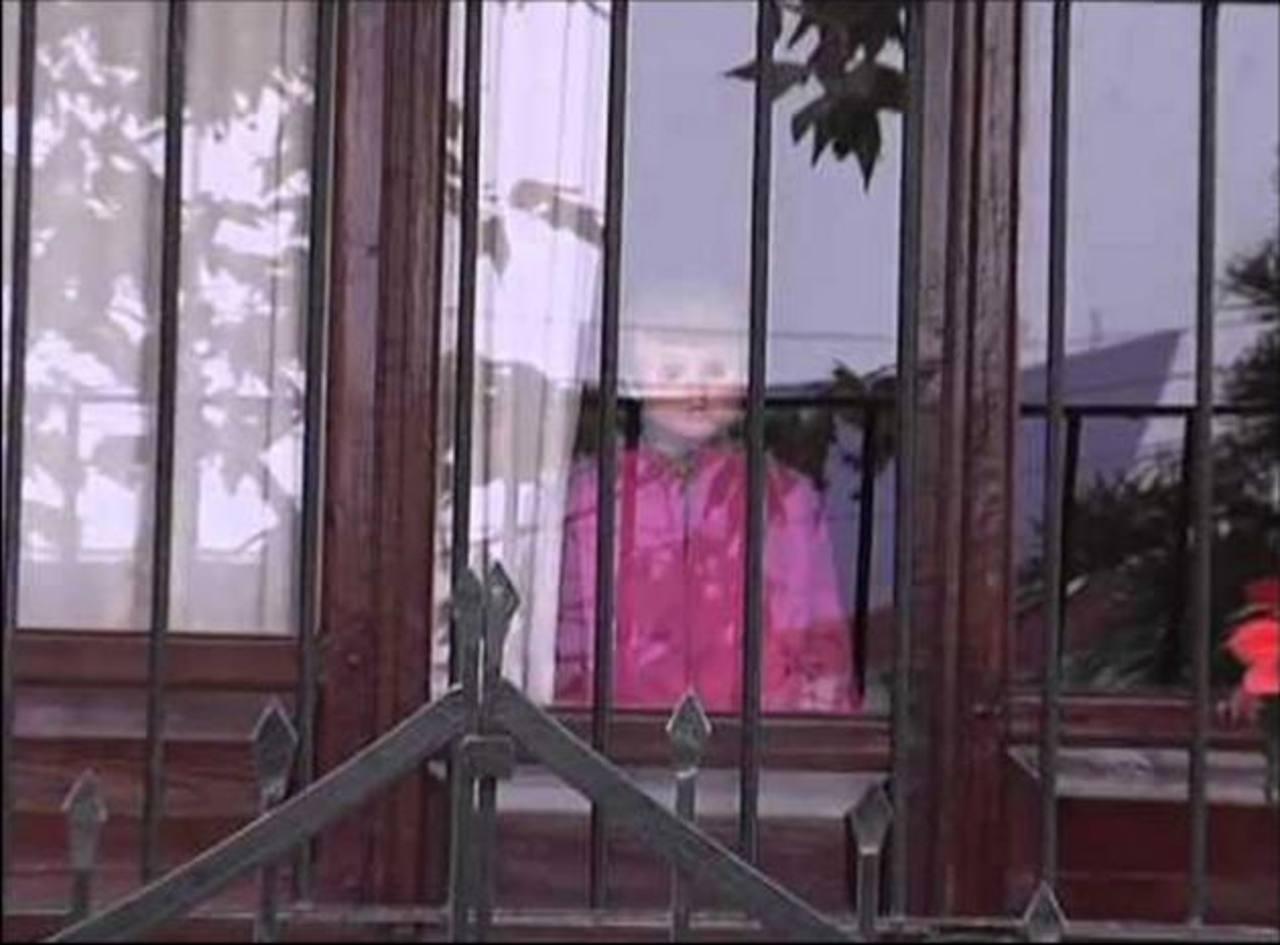 Video: Yarini, la muñeca poseída... saluda y sonríe a los transeúntes