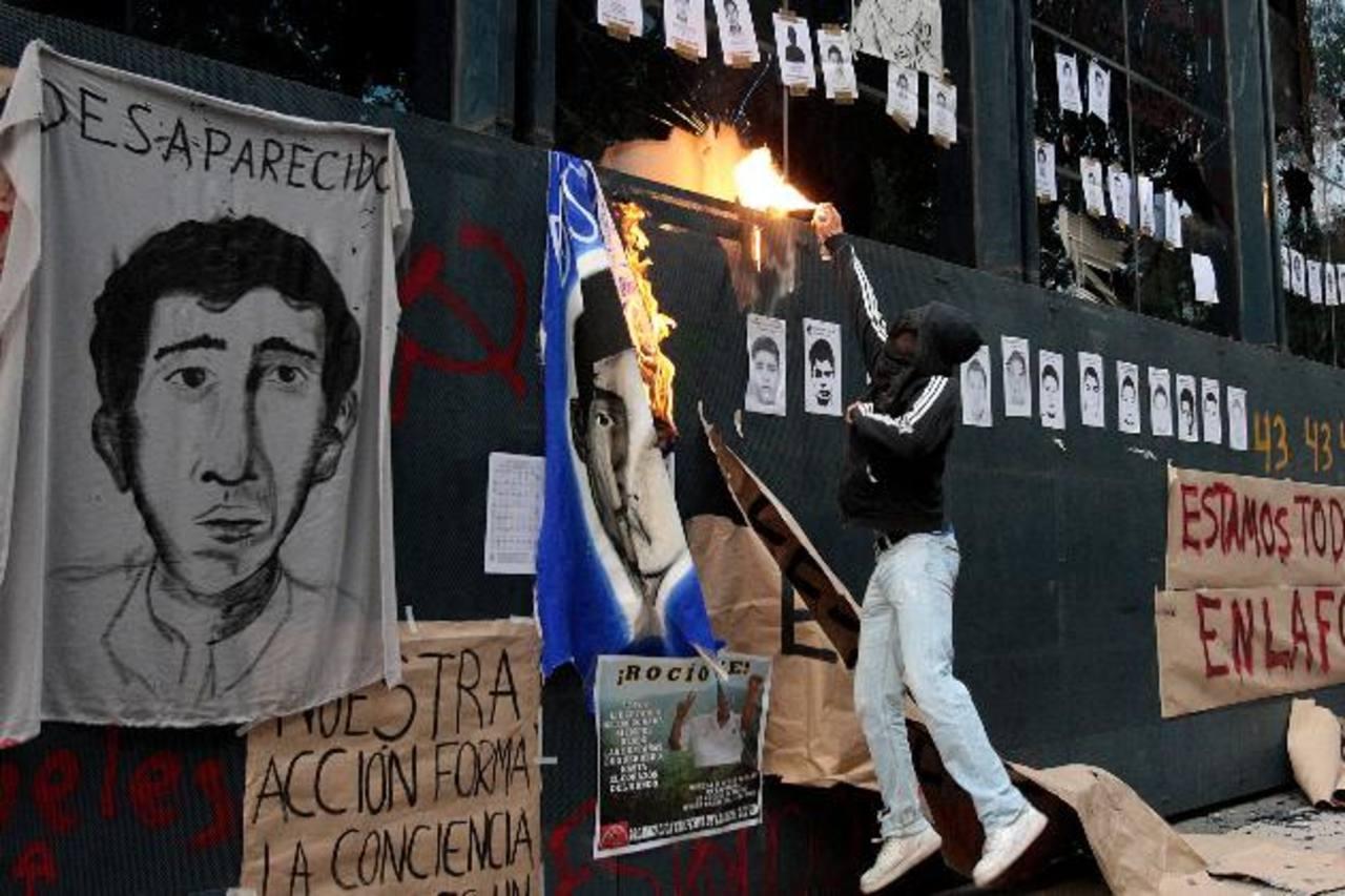 Estudiantes de varias universidades protestan frente al edificio de la Fiscalía ayer, en la capital de México. foto edh /EFE