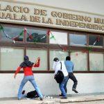 Un grupo de manifestantes lanza cócteles molotov contra el ayuntamiento del municipio mexicano de Iguala, en protesta por la desaparición de 43 estudiantes. foto edh / EFE