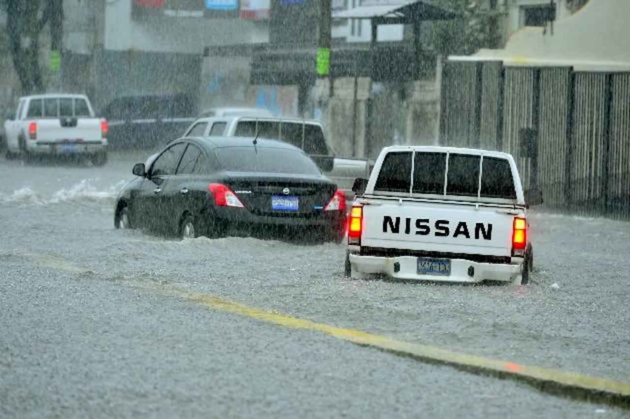 El paso de vehículos en la 49a. Avenida Sur se vio afectado por la fuerte lluvia que cayó a tempranas horas de la tarde. Fotos edh / René Quintanilla
