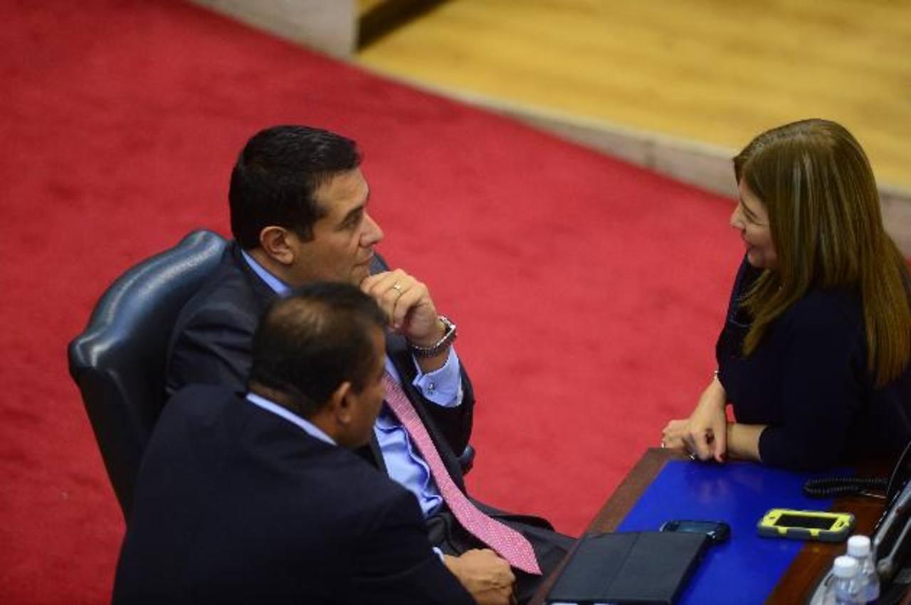De izquierda a derecha los diputados tránsfugas Jesús Grande y Rigoberto Soto, en el Salón Azul. Foto EDH/ Jorge reyes