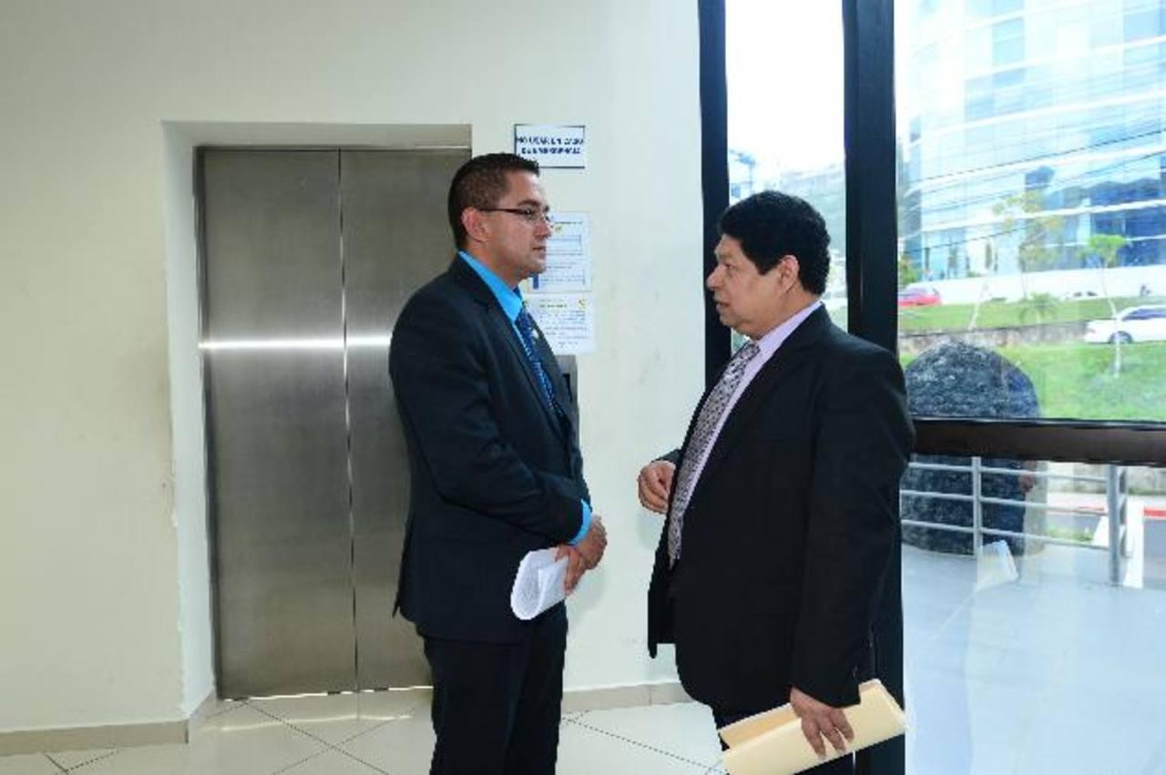 Benito Lara (derecha) conversa con el diputado Reynaldo Cardoza, de Concertación Nacional. Ambos declararon ayer, por separado, sobre el caso expresidente Flores. Foto EDH / Jorge Reyes.