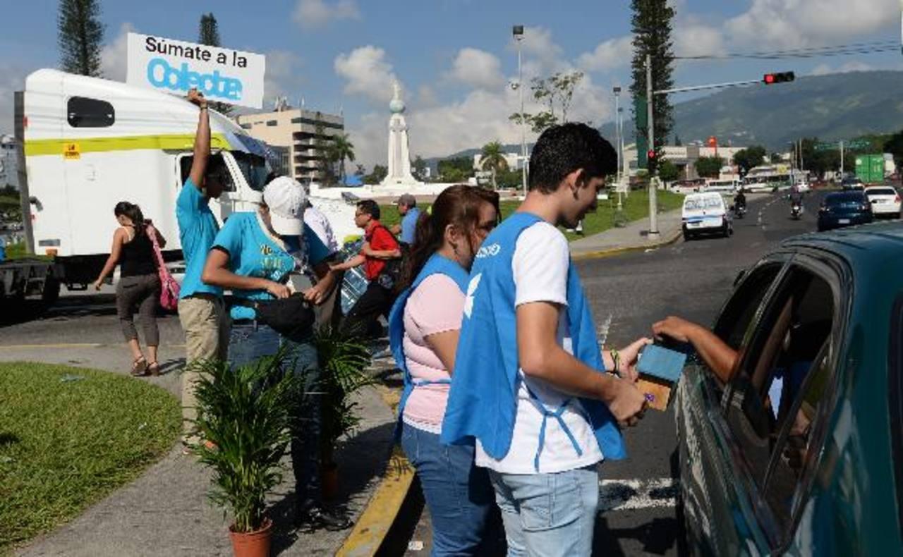 Los jóvenes se desplazaron en diferentes puntos de la capital para pedir la ayuda de los salvadoreños. foto edh / marvin recinos