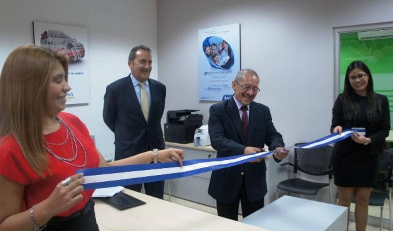 Durante la inauguración, el presidente de ACSA, Luis Escalante (derecha) y el alcalde de Santa Ana, Alfredo Peñate, al momento del corte de la cinta.