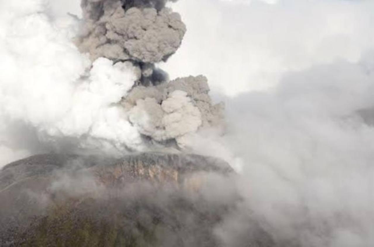 El volcán Turrialba seguía lanzando ceniza a las 8:29 a.m. La imagen fue tomada a 14.000 pies por el piloto Federico Chavarría y muestra el volcán de sur a norte.