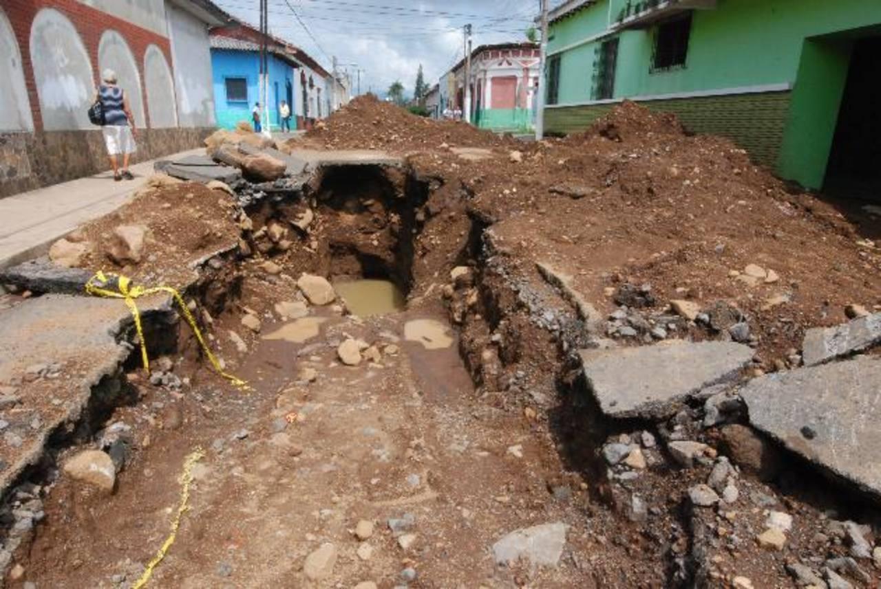 Según representantes de la municipalidad, había un compromiso de Anda de resolver el inconveniente en dos días, sin embargo, los trabajos se han extendido. Foto EDH / cristian díaz.