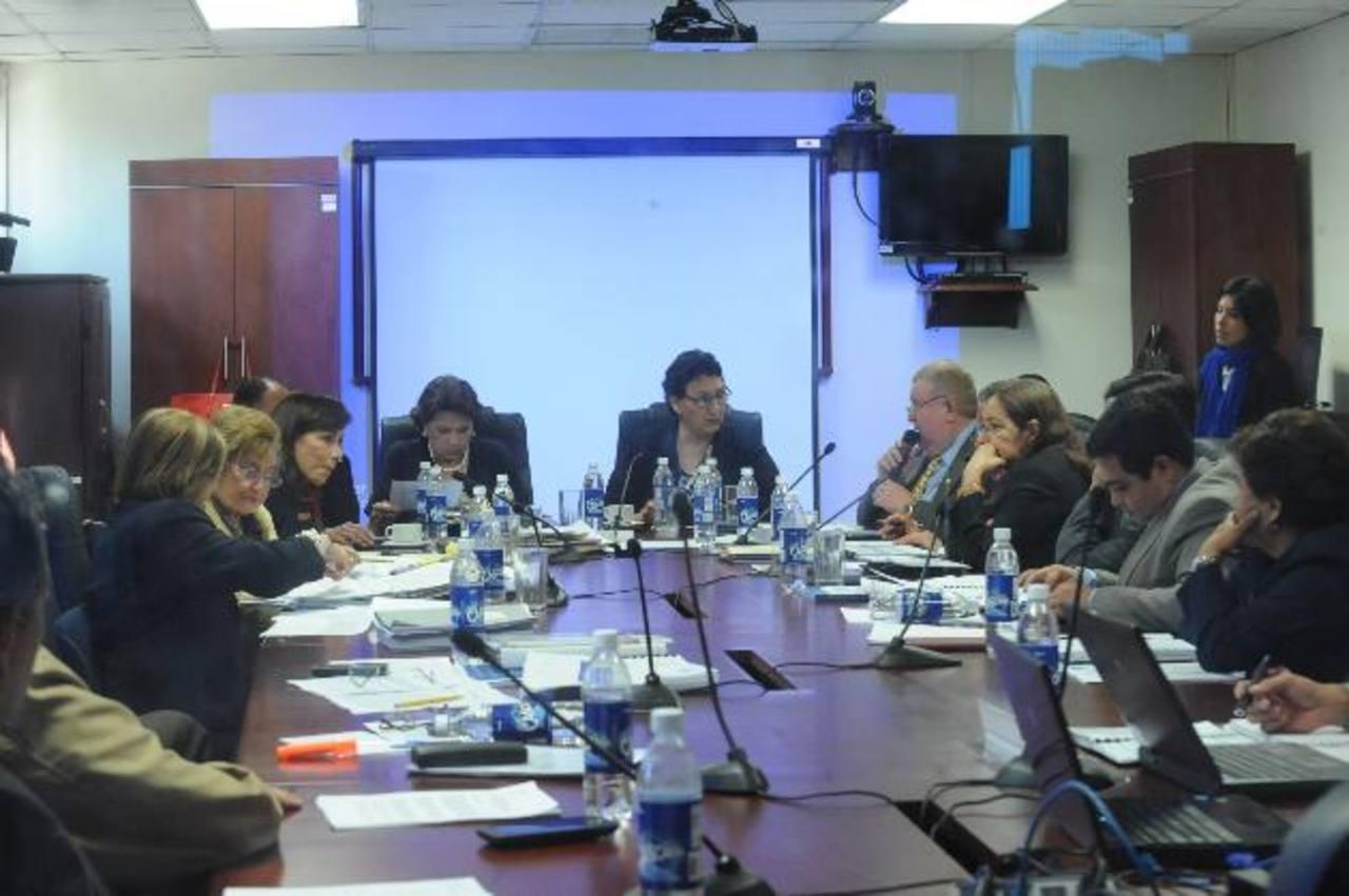 La Comisión de Hacienda recibió ayer a los titulares de Hacienda, Carlos Cáceres; al de Seguridad, Benito Lara, y al de Transporte, Nelson García. foto edh / lissette monterrosa.