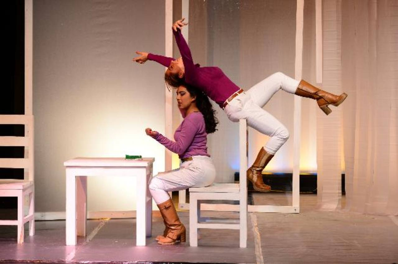 Las actrices Valeria Guzmán y Ruth Rivas interpretando el papel de dos jóvenes torturadoras en la obra. foto EDH / Jorge Reyes.