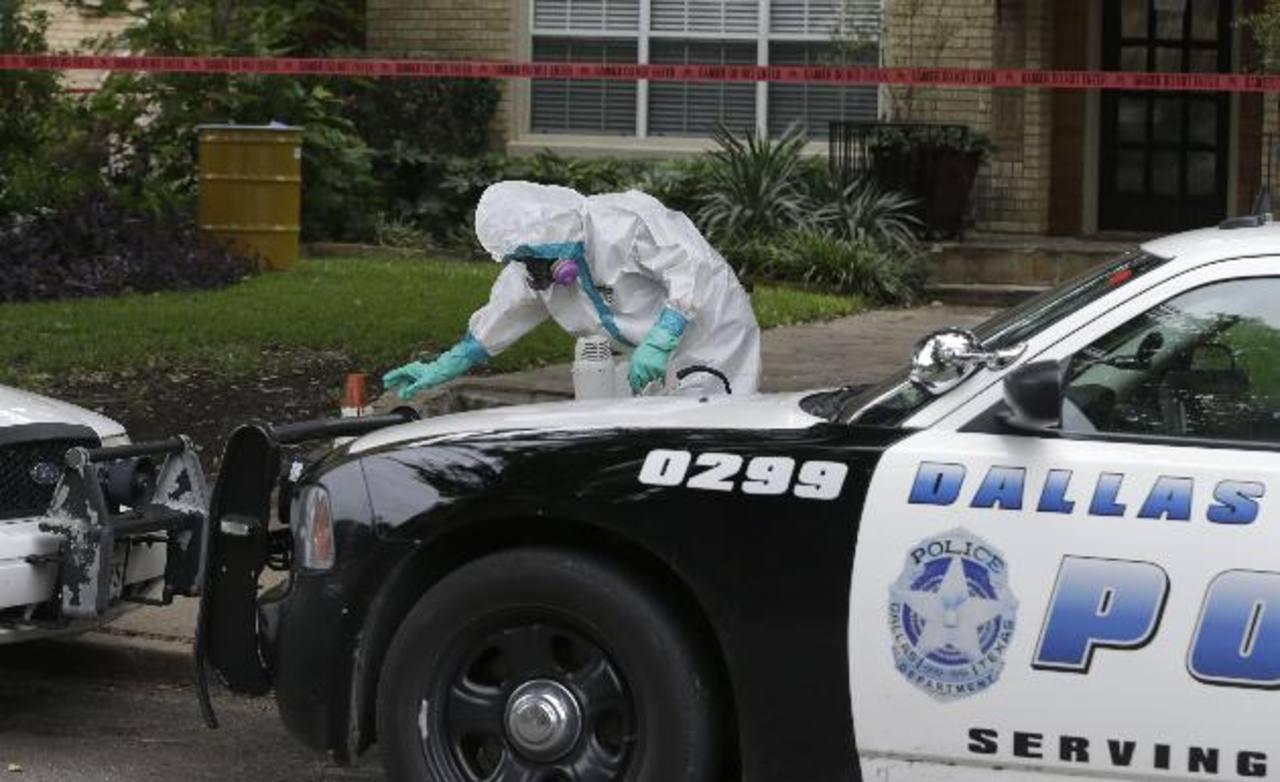 Un trabajador limpia afuera del edificio de apartamentos de un empleado del hospital donde fue atentido Duncan en Dallas. AP