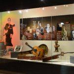 En la muestra se aprecian objetos donados por Gloria Silvia, viuda de Mangoré. Entre ellos, guitarras, documentos, fotografías, un busto tallado en madera y otros elementos.