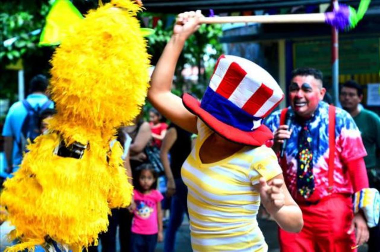 Hasta los adultos disfrutaron del quiebre de piñatas.