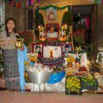 Las familias de la localidad elaboran altares adornados con platillos y bebidas dedicadas a los parientes fallecidos.