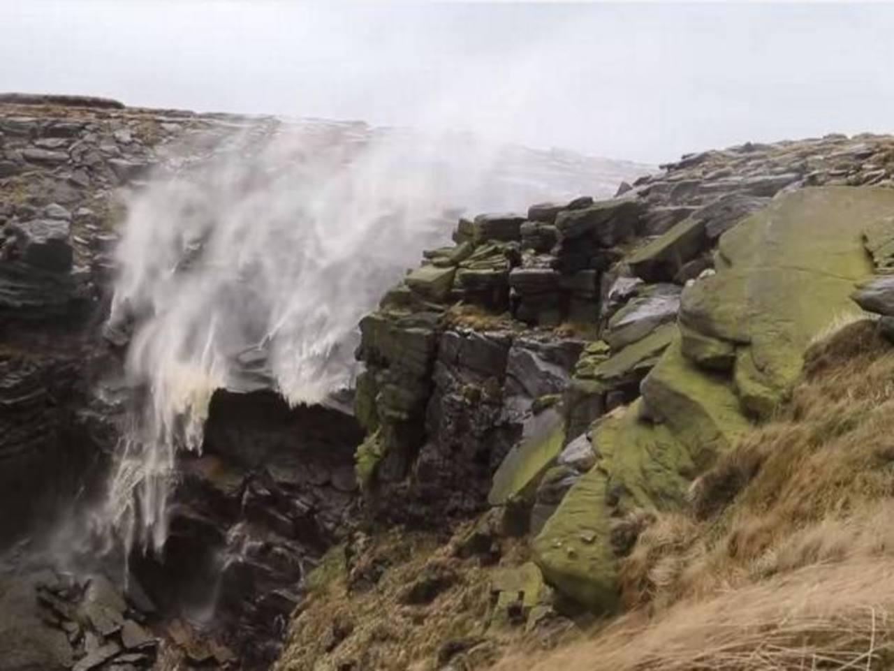 Video: El agua de esta cascada en Inglaterra corrió hacia arriba