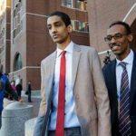 Robel Phillipos (al centro), un amigo de Dzhokhar Tsarnaev, sospechoso del ataque en el maratón de Boston, sale de una corte federal acompañado de su abogado.