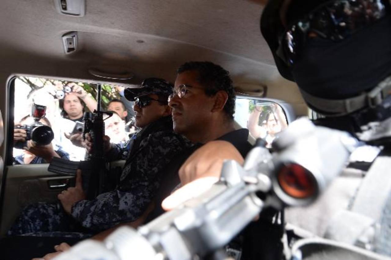 El expresidente Francisco Flores cuando es trasladado por agentes del GRP desde las bartolinas de la División Antinarcóticos hacia un hospital privado. Foto EDH / marlon hernández