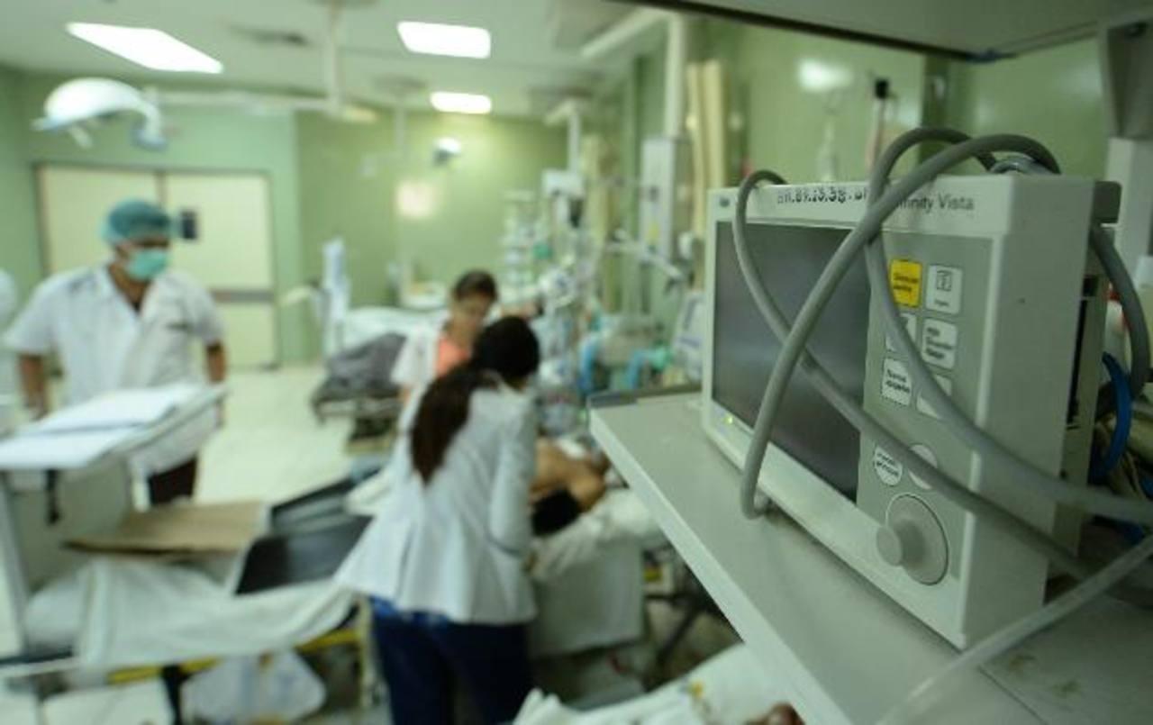 Cuatro pacientes permanecían ayer en la Máxima Urgencia del hospital Rosales. Foto EDH / MARLON HERNÁNDEZ.