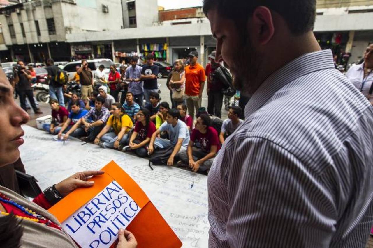 Un grupo de estudiantes opositores al régimen exige la liberación de un líder estudiantil detenido. foto edh / efe