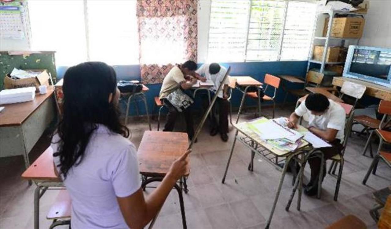 Diez docentes hora clase no reciben la paga por su trabajo desde hace seis meses en El Paraíso Arriba.