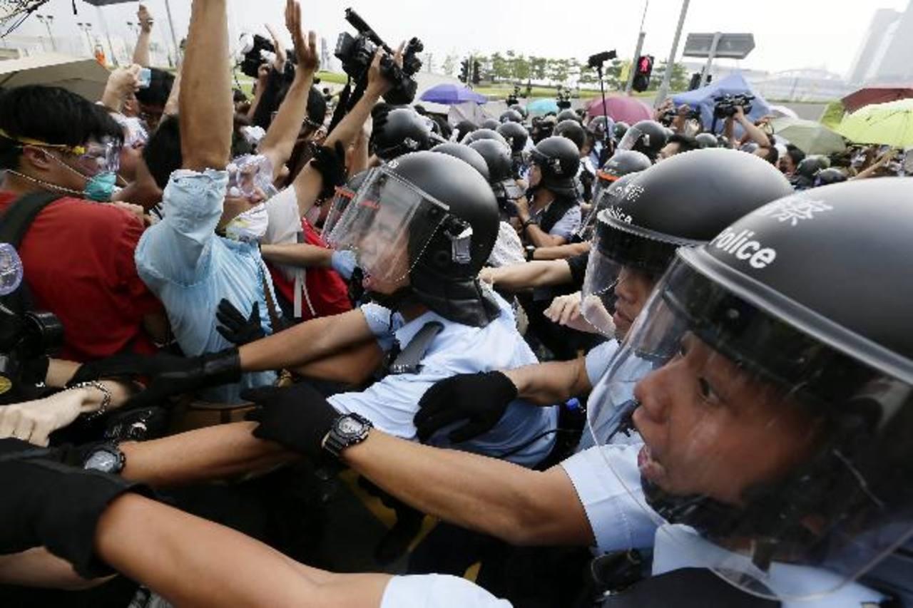 Paran el diálogo por choques en Hong Kong