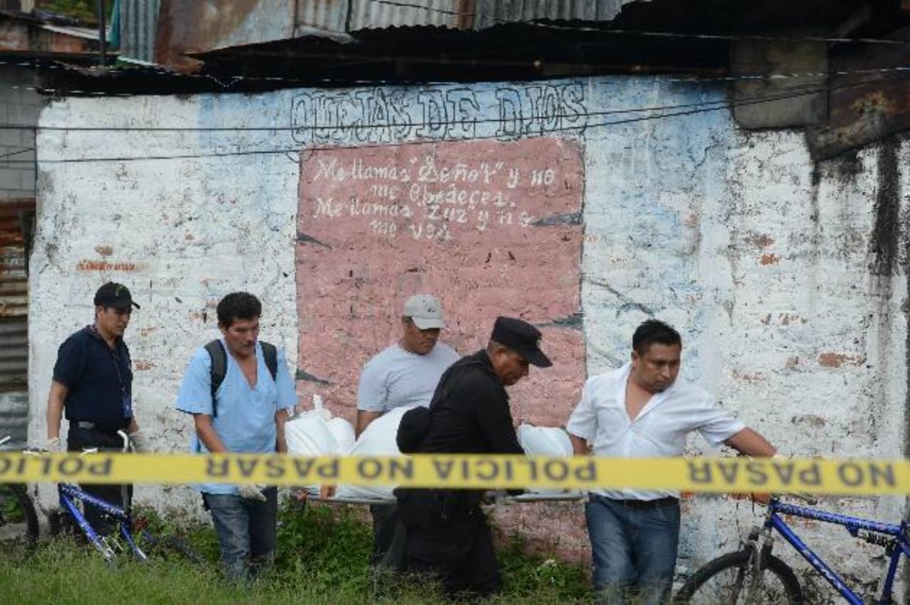 El cadáver de un hombre fue recuperado ayer del río Acelhuate, en la comunidad Tutunichapa VI del barrio San Miguelito, en San Salvador. La semana pasada, en esa comunidad mataron a un mecánico y a la dueña de una tienda. Foto EDH / Douglas Urquilla.