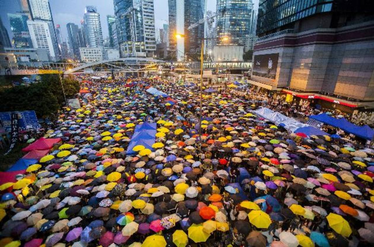 Manifestantes prodemocráticos forman un manto con paraguas durante una protesta celebrada ayer en Hong Kong.