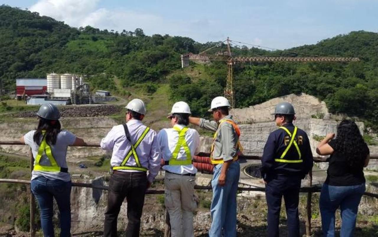 El fiscal Luis Martínez inspecciona el terreno donde se construía el proyecto hidroeléctrico El Chaparral, el cual, según geólogos, no era adecuado para la megaobra. Foto EDH / Cortesia
