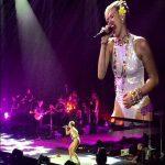 Video: Miley Cyrus se cae en pleno concierto