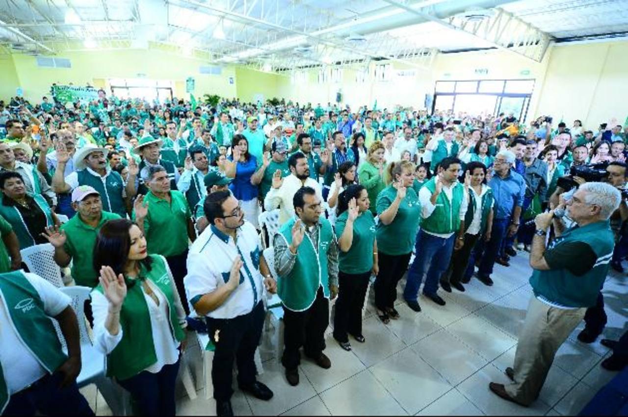 Rodolfo Parker toma protesta a los candidatos a diputados del PDC. foto edh / OMAR CARBONERO
