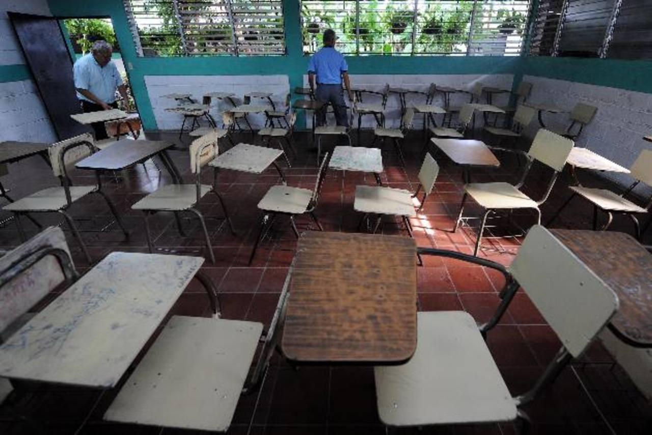 Pandilleros ingresan al centro educativo El Espino, en Zacatecoluca, donde robaron y raptaron a una joven que luego liberaron.