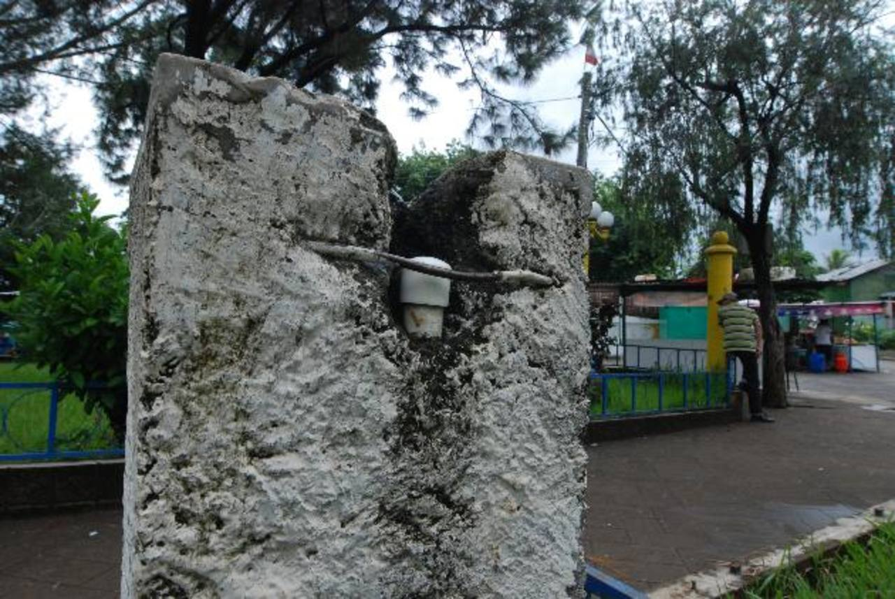 Anda ha sellado las tuberías para que la comuna no reciba el líquido por falta de pago. Foto EDH / Cristian Díaz.Las tareas de mantenimiento y limpieza del parque de El Refugio han sido afectadas por falta de agua.